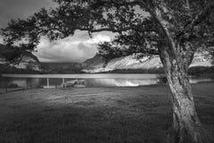 划艇的黑白风景图象在Llyn Nantlle的 库存图片
