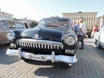 系列两黑颜色的Retrocar GAZ M21伏尔加河 库存图片