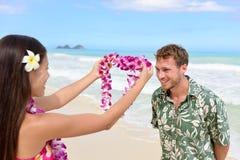 给列伊诗歌选欢迎游人的夏威夷妇女 库存照片