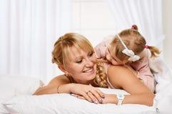 系列使用 有一个好时间母亲和小女儿 库存照片
