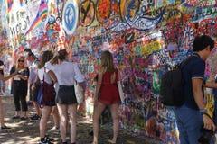 列侬墙壁,布拉格抵抗的标志 库存照片