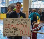 列克星敦, KY美国- 2018年3月11日-可笑的列克星敦&玩具骗局A人站立拿着标志 免版税库存照片