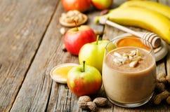 列出花生酱圆滑的人用巧克力、苹果、香蕉和o 免版税库存照片