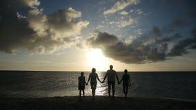 系列剪影在海滩的在日落 股票视频