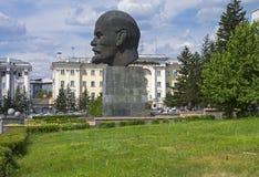列宁异常的雕象-在垫座的一个巨型头。 库存照片