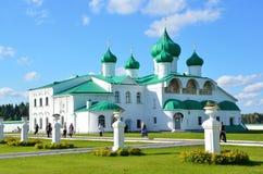 列宁格勒地区,俄罗斯, 2015年9月, 13日,走在Svirsky附近三位一体修道院的人们变貌大教堂 库存照片