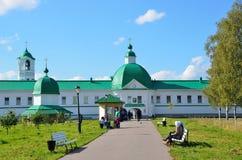 列宁格勒地区,俄罗斯, 2015年9月, 13日,走在Svyatotroitsky亚历山大Svirsky修道院附近的人们 库存照片
