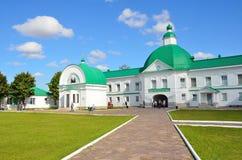 列宁格勒地区,俄罗斯, 2015年9月, 13日,走在Svyatotroitsky亚历山大Svirsky修道院附近的人们 库存图片