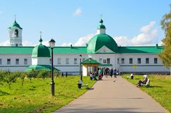 列宁格勒地区,俄罗斯, 2015年9月, 13日,走在Svyatotroitsky亚历山大Svirsky修道院附近的人们 图库摄影