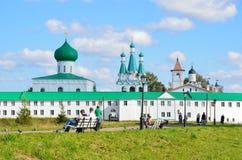 列宁格勒地区,俄罗斯, 2015年9月, 13日,走在Svyatotroitsky亚历山大Svirsky修道院附近的人们 免版税库存照片