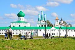 列宁格勒地区,俄罗斯, 2015年9月, 13日,走在Svyatotroitsky亚历山大Svirsky修道院附近的人们 免版税库存图片