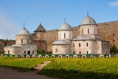 列宁格勒地区,俄罗斯26可以2011年 假定的大教堂和圣尼古拉斯教会在Ivangorod堡垒 免版税库存图片
