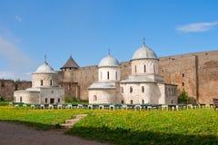 列宁格勒地区,俄罗斯26可以2011年 假定的大教堂和圣尼古拉斯教会在Ivangorod堡垒 免版税库存照片