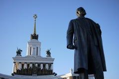 列宁雕象隐约地出现在全俄国会展中心,莫斯科 库存图片