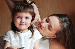 系列愉快爱 拥抱母亲和儿童的女孩使用和 免版税库存照片