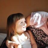 系列愉快爱 拥抱母亲和儿童的女孩使用和 图库摄影