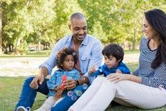系列愉快父亲的女孩她的公园 免版税库存图片
