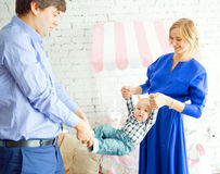 系列愉快的纵向 父亲,母亲,儿子 免版税库存图片