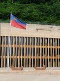 列支敦士登议会大厦在有旗子的Liechtenste瓦杜兹 免版税库存图片