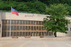 列支敦士登议会大厦在有旗子的Liechtenste瓦杜兹 库存照片