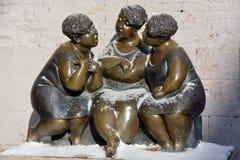 列斯Chuchoteuses是一个铜雕塑 库存图片