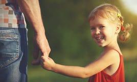 系列的概念 握爸爸的手的儿童女孩 免版税库存图片