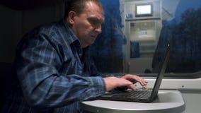 列车车箱的一个人与膝上型计算机一起使用 影视素材
