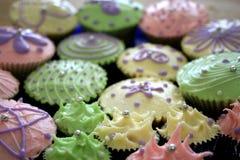 列阵五颜六色的杯形蛋糕 库存图片