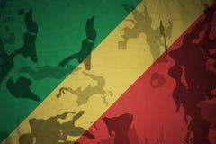 刚果共和国的旗子卡其色的纹理的 装甲攻击机体关闭概念标志绿色m4a1军用步枪s射击了数据条工作室作战u 免版税图库摄影