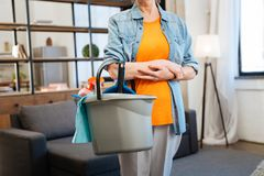 刚毅适合的勤勉妇女身分用清洗的设备 免版税库存照片