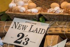 刚生下英国鸡蛋在葡萄酒商店显示的待售 免版税库存图片