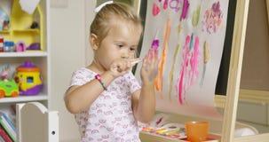 创造一个五颜六色的摘要的逗人喜爱的女孩艺术家 影视素材