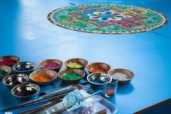创造一个佛教沙子坛场。 免版税库存图片