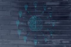 创造不同的想法电灯泡的电路&脑子 库存照片
