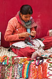 创造串珠的jewelery的工匠 免版税库存图片