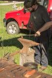 创造刀子的铁匠 免版税图库摄影