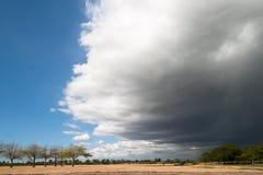 创造剧烈的天空的接近的风暴前面 库存照片