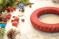 创造圣诞节花圈和丝带鞠躬在一木板backg 库存照片