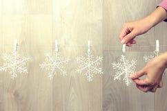 创造圣诞节装饰的妇女手室内 图库摄影