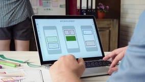 创造在他的便携式计算机上的UX设计师流动app原型 股票视频