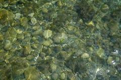 创造在圆的小卵石上的波纹阴影 免版税图库摄影