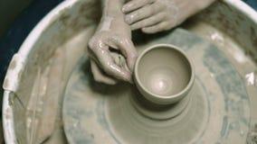 创造在瓦器轮子4k的黏土陶瓷工 影视素材