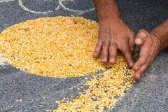 创造在街道上的手形状使用白垩和鹰嘴豆 免版税图库摄影