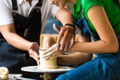 创造在转动的轮子的陶瓷工黏土碗 免版税图库摄影