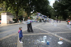 创造孩子的街道执行者特大泡影在中央公园在纽约 库存照片