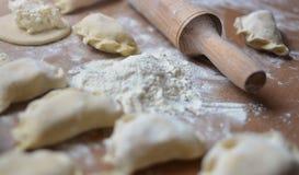 创造家的逐步的过程用酸奶干酪饺子 库存照片