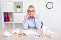 创造性、想法和启发概念-有画笔的疲乏的女孩设计师,五颜六色的铅笔和压皱纸认为 免版税库存图片