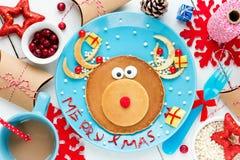 创造性和健康早餐或bru的滑稽的驯鹿薄煎饼 免版税库存图片