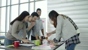 创造性的专家聚集了在会议桌上为讨论新的成功的起始的项目的重要问题 股票视频