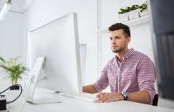 创造性的人或学生有计算机的在办公室 图库摄影